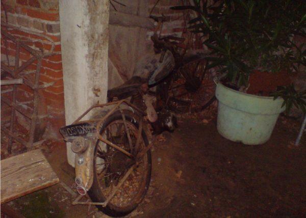 ein uraltes halb verwittertes Motorrad