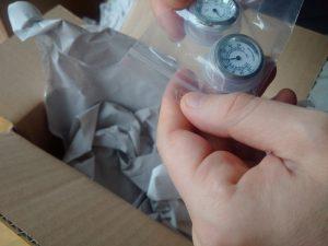 Auspacken des nachgelieferten Thermometers und Hygrometers